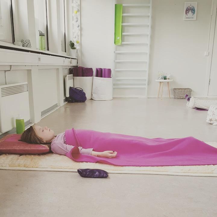Her ser dere jenta mi hvile seg etter endt yogaøkt <3