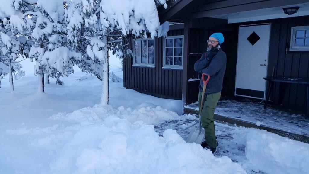 Vaktmesteren tar en pause i snømåkinga for å prate med eldstemann